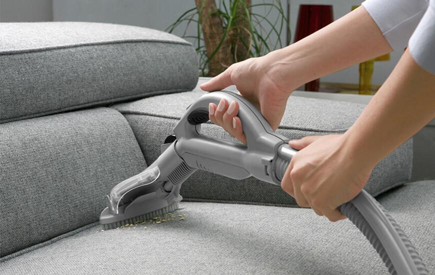 das Sofa staubsaugen