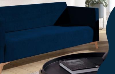 Marineblaues Sofa fürs Wohnzimmer, dass den Innenraum belebt.